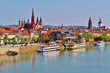 Würzburg, Altstadt mit Türmen und Main Fototapete