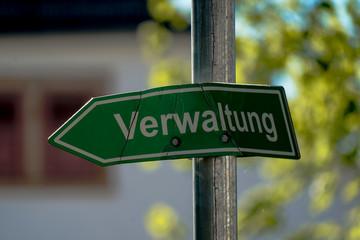 """demoliertes Schild """"Verwaltung"""""""