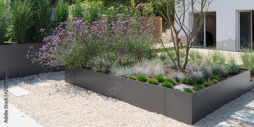 Moderne Gartengestaltung Mit Grasern Und Stauden Stockfotos
