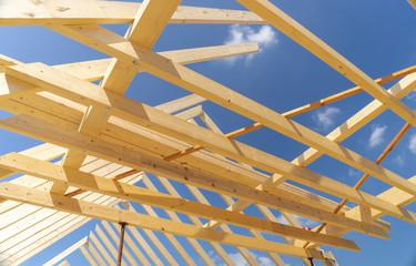 Neuer Dachgiebel unter blauen Himmel