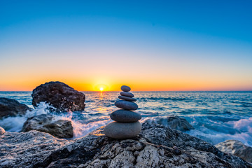 Obraz Stacked stones at the beach - fototapety do salonu