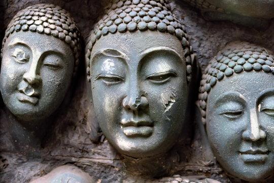 Têtes de bouddhas sculptées