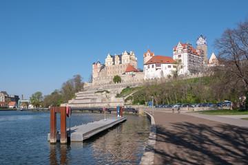 Blick zum Schloss Bernburg vom Ufer der Saale
