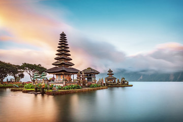 Photo sur Aluminium Bali Ulun Danu Beratan Temple is a famous landmark located on the western side of the Beratan Lake , Bali ,Indonesia.