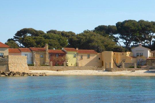 Maisonnettes colorées et plage sur l'île de Bendor, au large de Bandol (France)