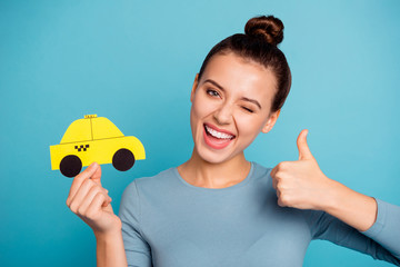 Close up photo cheerful positive satisfied beautiful hipster top-knot hold hand paper card yellow advice excited joy excellent perfect advertise choose trendy stylish shirt isolated blue background Wall mural