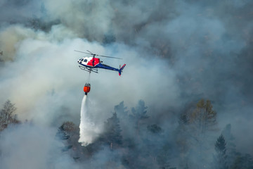 Photo sur Plexiglas Hélicoptère Helicopter extinguishing wildfire. Bergen, Norway.