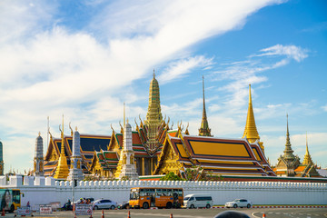 Fotomurales - Emerald buddhist temple with golden pagoda Wat Phra Kaew