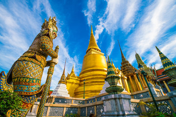 Fototapete - Emerald buddhist temple with golden pagoda Wat Phra Kaew