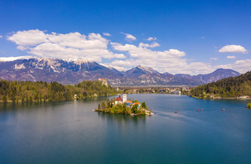 Foto op Plexiglas Scandinavië Bled, Slovenia - 04 19 2019: Lake Bed in Slovenia with Alps covered with snow in the background.