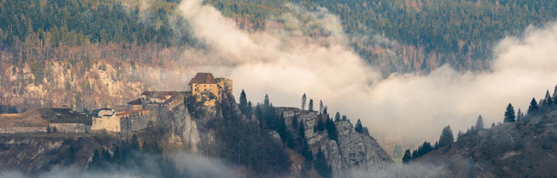 Le Château de Joux pris dans les brumes matinales