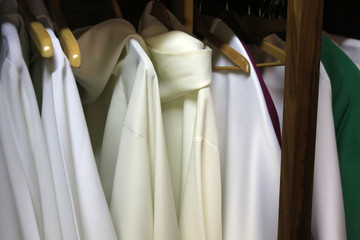 Chasubles dans la sacristie. / Chasubles in the sacristy.