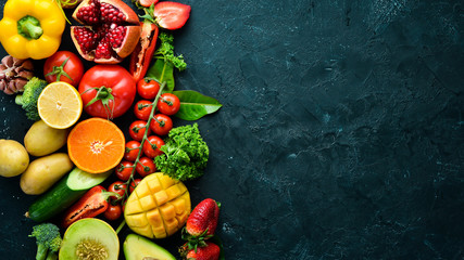 Photo sur Aluminium Cuisine Fresh fruits, vegetables and berries. On a black background. Banner Top view. Free space for your text.