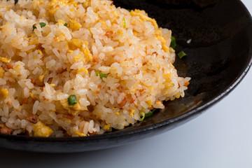 中華料理炒飯を箸であげるパサパサ美味しい子供の大好物