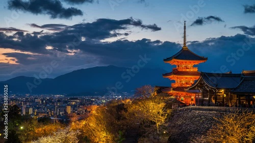 Wall mural Time lapse of Kyoto city with red pagoda at twilight, Japan.