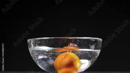 Pomodoro Rosso Che Cade In Una Bacinella Di Vetro Trasparente Piena