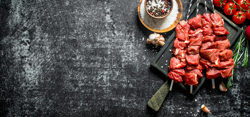Raw kebab with tomatoes, spices and garlic cloves. Wall mural