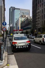 日本の街並みとパトロールカー