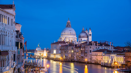 Photo sur Toile Europe Centrale Basilica die Santa Maria della Salute at Christmas Time with Christmas Tree in the Blue Hour