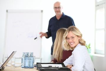 Deurstickers Ontspanning Junge Frau lächelt während eines Vortrags