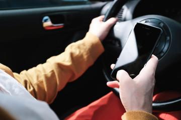 Telefonieren beim Auto fahren