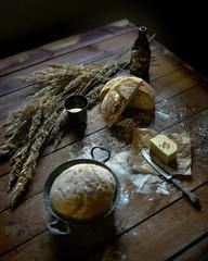 Fototapeta świeży chleb na ciemnym drewnie obraz