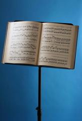 Notenständer mit Musiknoten