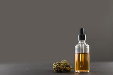 Medizinisches Cannabis und Öl grauer Hintergrund
