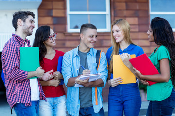 Gruppe Studenten lernt gemeinsam