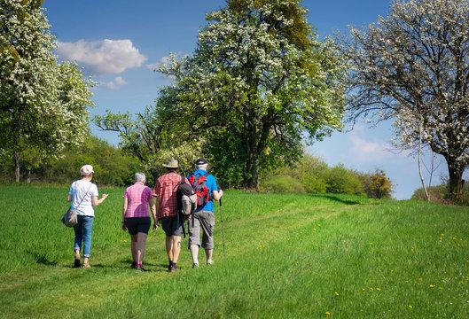 Saarland Landschaft Senioren wandern im Frühling bei Gisingen