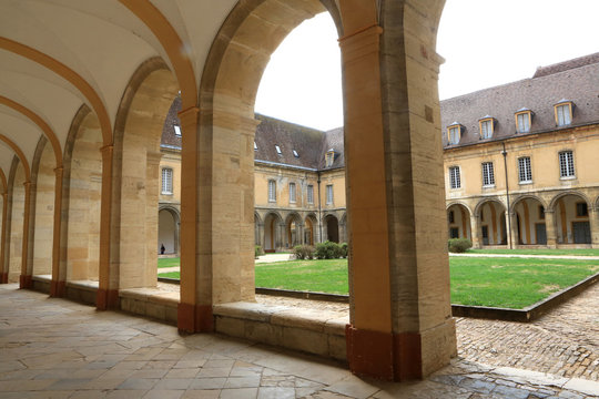 Cloître. Abbaye de Cluny. Fondée en 909 ou 910. / Closter. Cluny Abbey. Cluny was founded in 910.