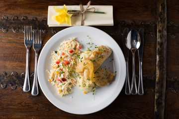 Obraz Dania obiadowe i różne przystawki na talerzu prezentowane na pokazach kulinarnych - fototapety do salonu