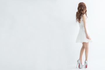 白背景に白いレースのドレスを着た美脚の女性後ろ姿モデル美人綺麗キャバクラキャバ嬢