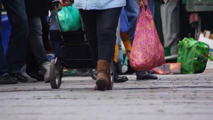 Menschen in der Einkaufsstraße