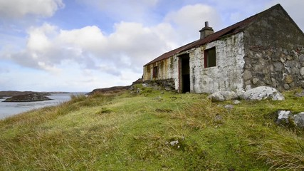 Fototapete - An abandoned cottage perched above Lockskipport on the Isle of South Uist in the Outer Hebrides in Scotland