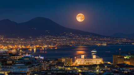 Foto op Plexiglas Napels Full moon rises above Mount Vesuvius, Naples and Bay of Naples, Italy