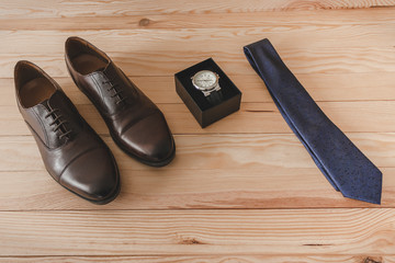 Shoes, tie and watch as accessories to dress elegantly