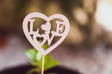 Objet décoratif en bois, pic en forme de coeur et inscription Love