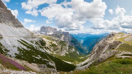 Błękitne niebo nad górską doliną  Tre Cime di Lavaredo