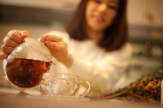 紅茶をいれる女性