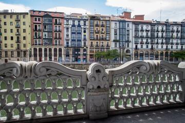 Bunte Fassaden in Bilbao gesehen von der Terrasse der Ribera Markthalle.