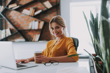 Beautiful business woman at the workplace in modern office Fototapete