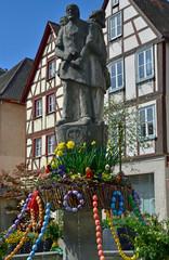 Österlich geschmückter Brunnen in Oettingen