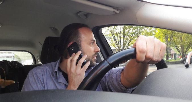 Telefonare alla guida dell'auto - illegale