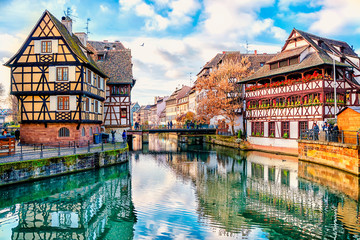 Traditional half-timbered houses on the canals district La Petite France in Strasbourg, UNESCO World Heritage Site, Alsace, France Fotomurales