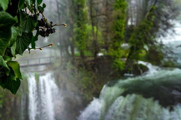 Wysoki stan wody na rzece i wodospadach w Chorwackim mieście Slunj