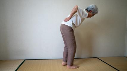 腰が痛いおばあちゃん