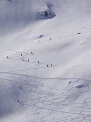 Skitourengehen Skitourengänger in den Alpen auf dem Weg zum Berggipfel