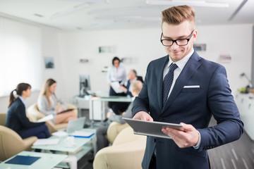 Geschäftsmann bedient Touchscreen am Tablet PC
