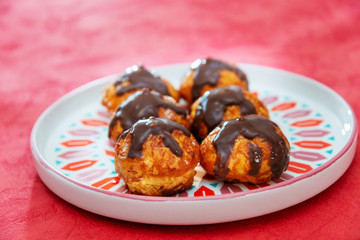 Fototapete - Profiterole with vanilla and chocolate sauce